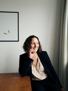 Jeanette Mayland Olsen portræt Djøfbladet af fotograf alexander höllsberg